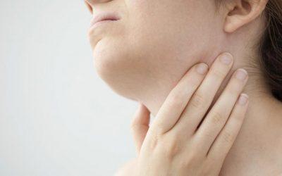 Gorge qui gratte : Causes et traitements !